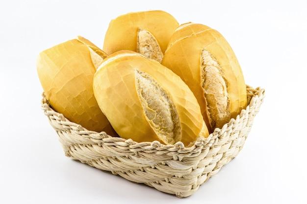 """Kosz pełen tradycyjnego brazylijskiego pieczywa, zwany """"french bread lub cacetinho"""""""