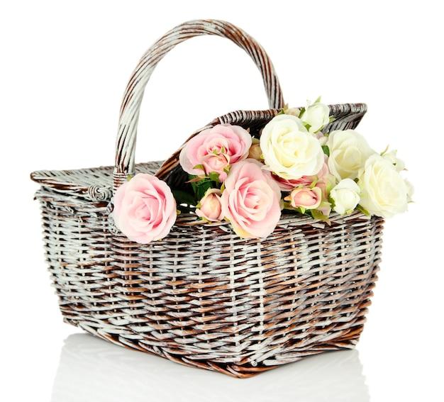 Kosz piknikowy z kwiatami, na białym tle