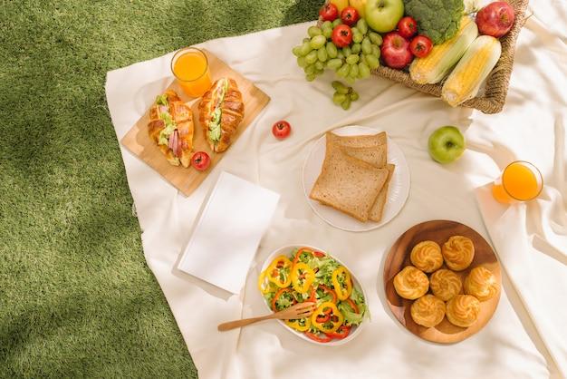 Kosz piknikowy z owocami na kratę w letnim parku