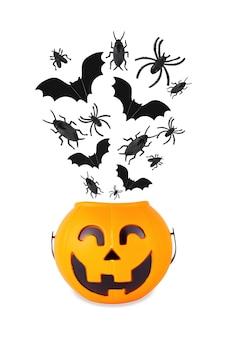 Kosz plastikowy dynia halloween z czarnymi nietoperzami karaluchami pająkami i wylatującymi z niego muchami