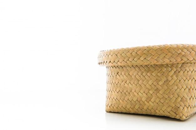 Kosz wykonany z bambusa na białym tle