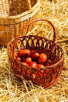 Kosz z barwionymi jajkami kurzymi