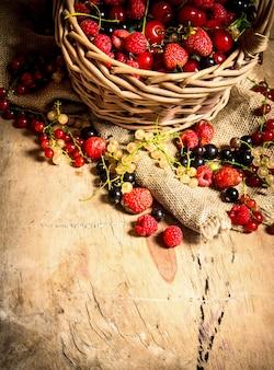 Kosz z jagodami. na drewnianym stole.