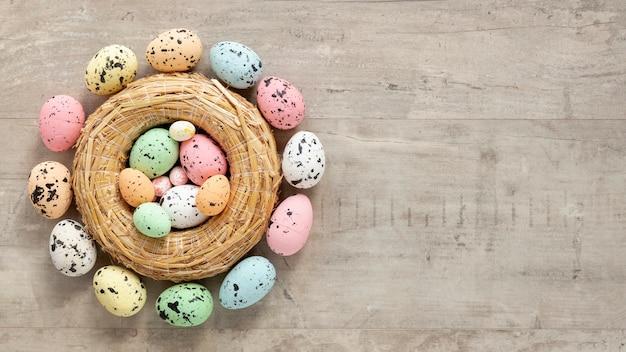 Kosz z kolorowymi malowanymi jajkami na wielkanoc