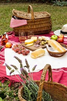 Kosz z lawendą obok gadżetów piknikowych