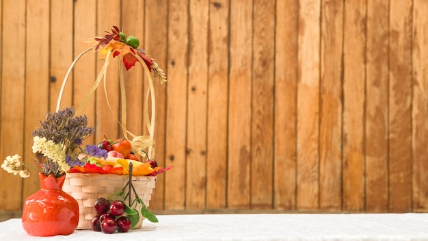 Kosz z owocami i kwiatami