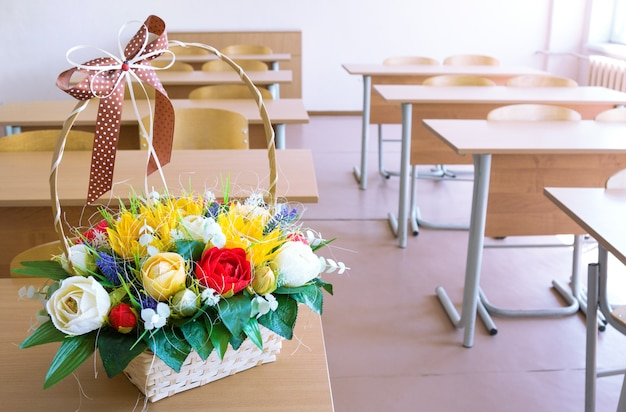 Kosz z papierowymi kwiatami na biurku