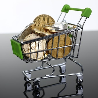 Kosz z supermarketu z monetami kryptowaluty