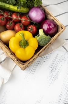 Kosz z surowymi warzywami