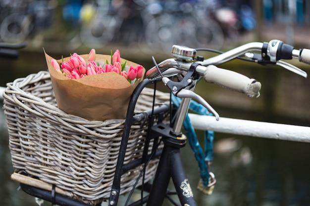 Kosz z tulipanami na rowerze w amsterdamie
