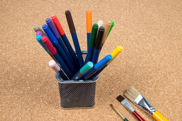 Kosz z twórcami długopisów w korku