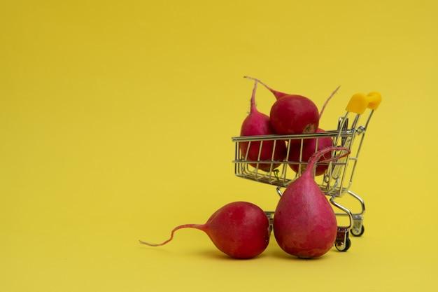 Kosz z warzywami. koncepcja dostawy