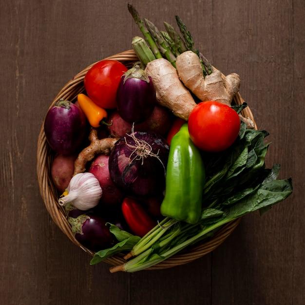 Kosz z widokiem z góry z asortymentem warzyw