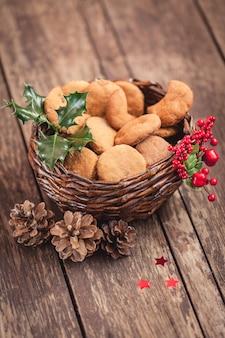 Kosz ze słodkimi ciasteczkami świątecznymi