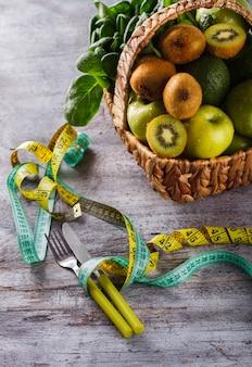 Kosz zielonych letnich owoców i warzyw.