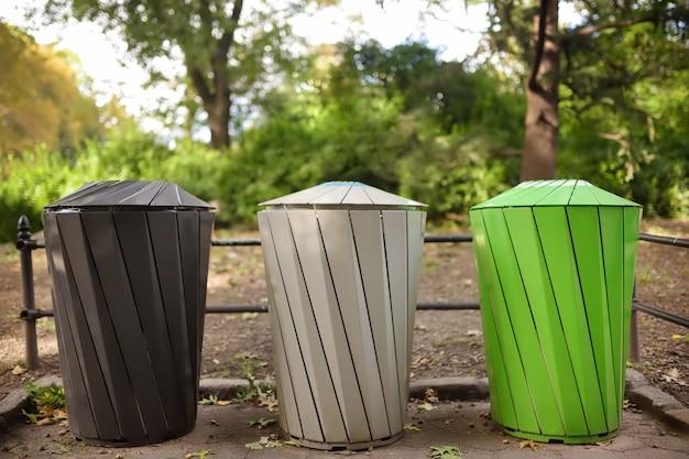 Kosze na śmieci do oddzielnego recyklingu śmieci w parku publicznym