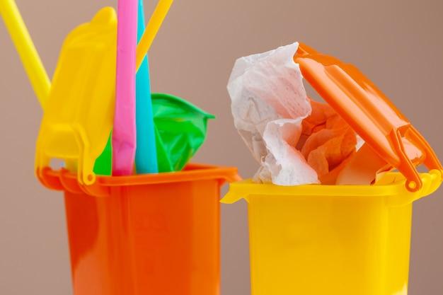 Kosze na śmieci i różne śmieci, koncepcja recyklingu