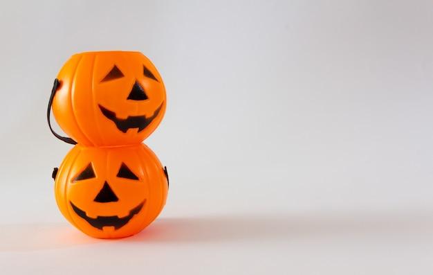 Kosze z cukierkami w kształcie dyni latarnia halloween na białym tle