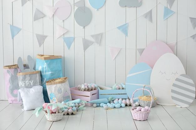 Kosze z jajkami wielkanocnymi i marchewką wiosna dekoracja wnętrz wnętrze pokój dziecięcy
