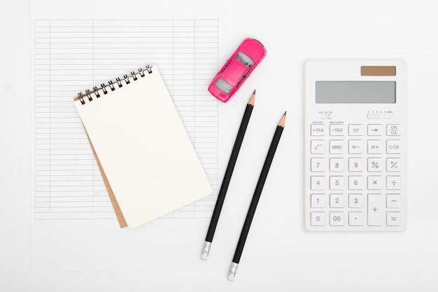 Koszt płatności kalkulacji wydatków na samochód z papierowymi notatkami, tabelą płatności i pieniędzmi w dolarach