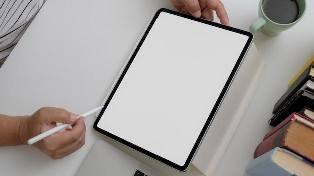 Koszt stały strzelał męski artysty rysunek na cyfrowej pastylce na białym biurku