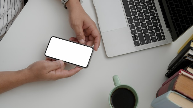 Koszt stały strzelał męskiego mienia pustego ekranu smartphone