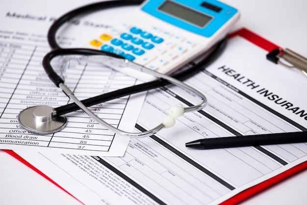 Koszty opieki zdrowotnej. symbol stetoskopu i kalkulatora dla kosztów opieki zdrowotnej lub ubezpieczenia medycznego.