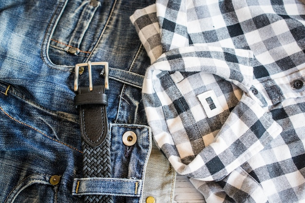 Koszula, dżinsy i pasek