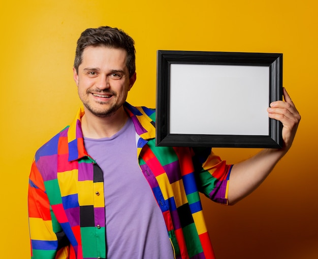 Koszula faceta w latach 90. z ramką na zdjęcie