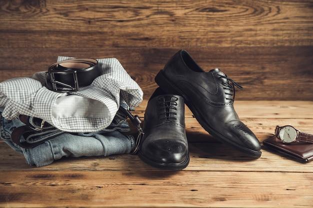 Koszula na dżinsach z paskiem i buty z zegarkiem