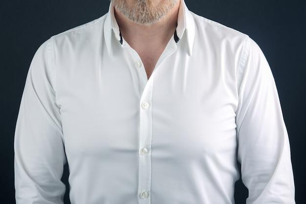 Koszula ubrana na brodatego mężczyznę