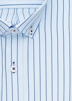 Koszula w paski, szczegółowy kołnierzyk i guzik, widok z góry