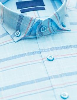 Koszula w paski z akcentem na kołnierzyku i guziku, zbliżenie
