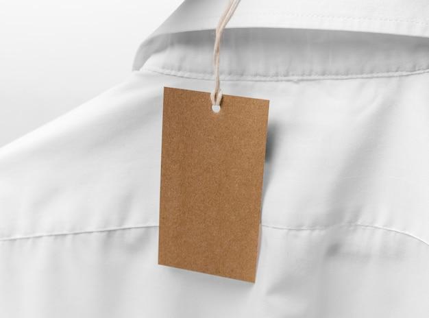 Koszula z widokiem z tyłu z kartonową pustą metką