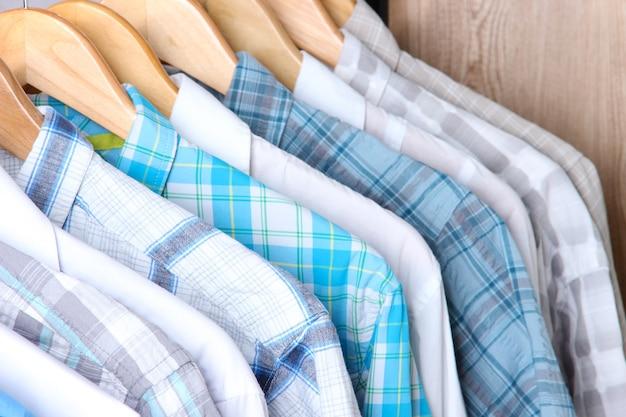 Koszule męskie na wieszakach na powierzchni drewnianej