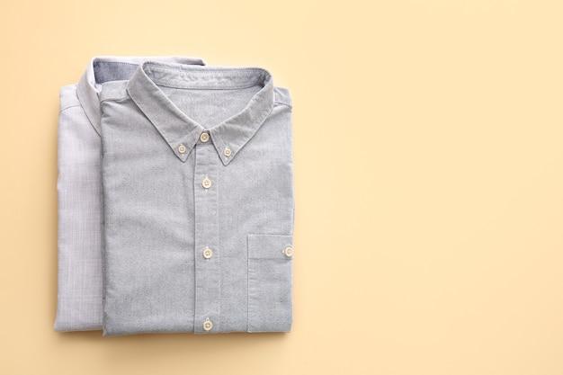 Koszule męskie składane na światło
