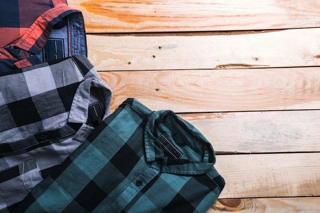 Koszule w kratę w planie z drewna