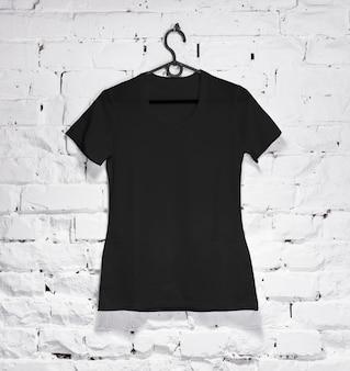 Koszulka damska czarna na wieszaku