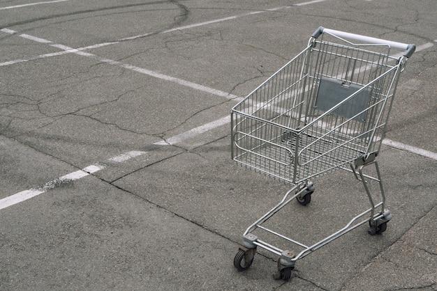 Koszyk bez produktów towary puste na miejscu parkingowym w pobliżu rynku