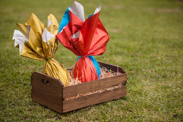 Koszyk brazylijskich jaj easters na trawie