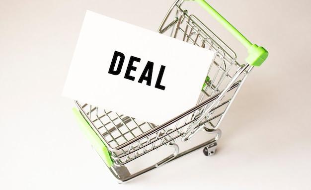 Koszyk i oferta tekstowa na białym papierze. koncepcja listy zakupów na światło.