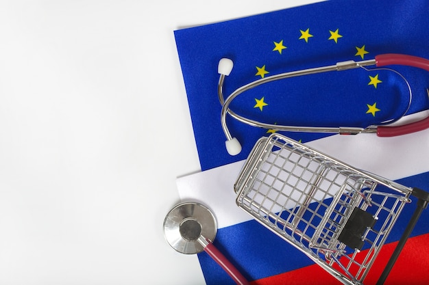 Koszyk i stetoskop na flagach europejskich i rosyjskich european