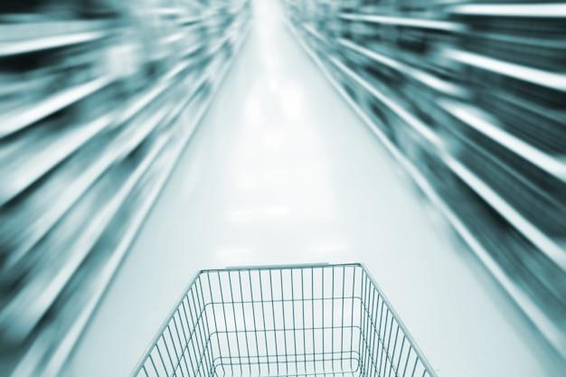 Koszyk na zakupy i niewyraźny supermarket
