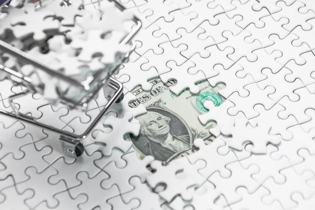 Koszyk pełen puzzli na dolara pieniędzy