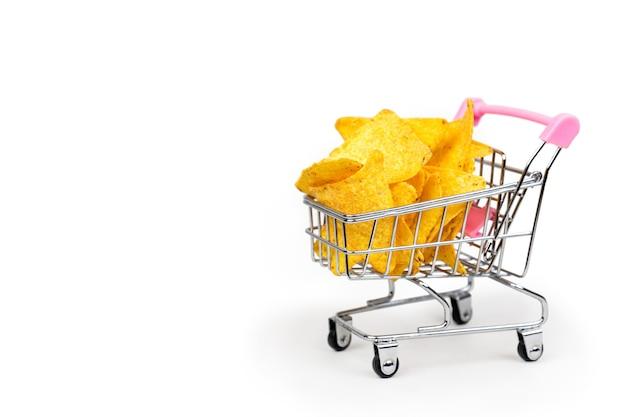 Koszyk pełen tortilli z chipsami kukurydzianymi na białym tle z miejscem na tekst
