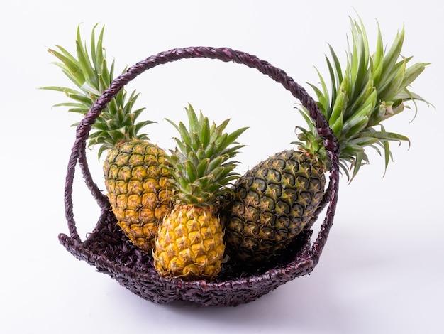 Koszyk pyszne dojrzałe ananasy izolowane