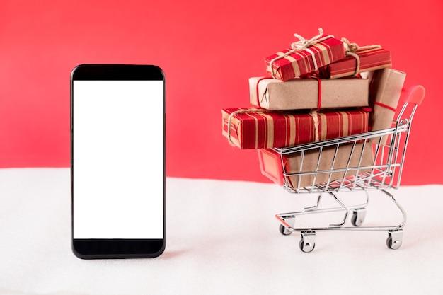 Koszyk z prezentami i telefonem komórkowym