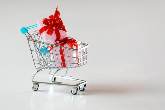 Koszyk z prezentami na białym tle, świąteczne zakupy