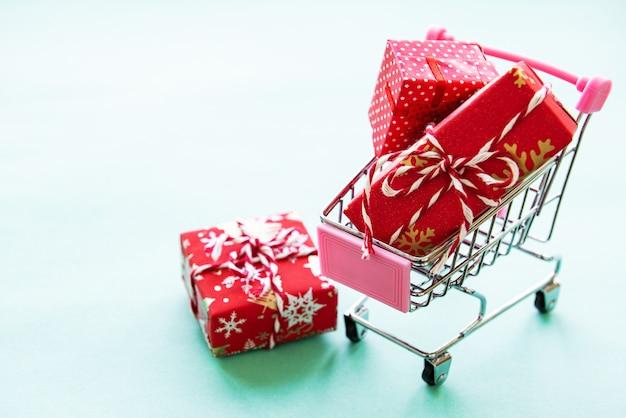 Koszyk z pudełkami prezentowymi