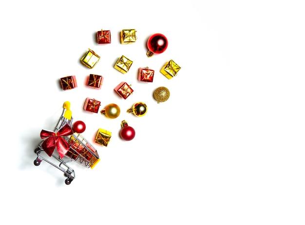 Koszyk z supermarketu z pudełka na prezenty świąteczne na białym tle